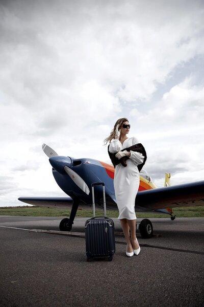 Девушка и самолет